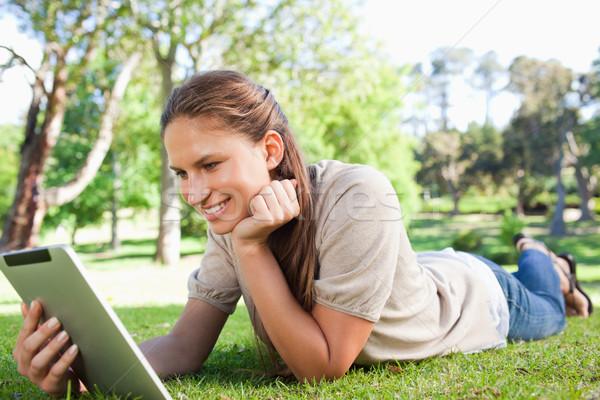 ストックフォト: 笑顔の女性 · 芝生 · 笑みを浮かべて · 若い女性