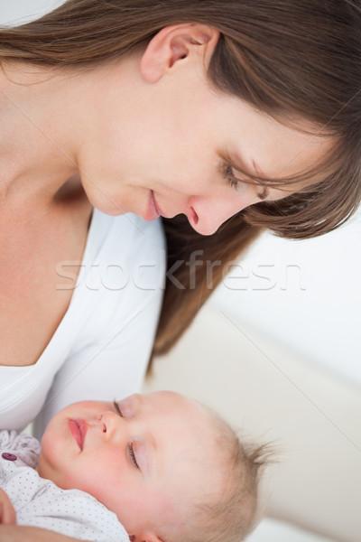 Békés barna hajú nő tart kicsi lánygyermek Stock fotó © wavebreak_media