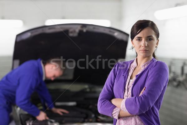 Kadın bakıyor kamera araba garaj hizmet Stok fotoğraf © wavebreak_media