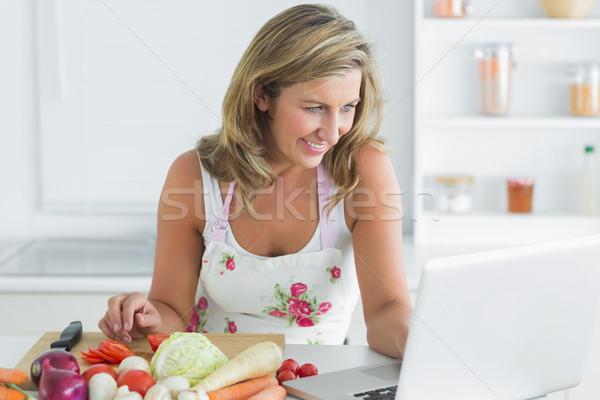 Glimlachende vrouw met behulp van laptop groenten computer vrouw voedsel Stockfoto © wavebreak_media