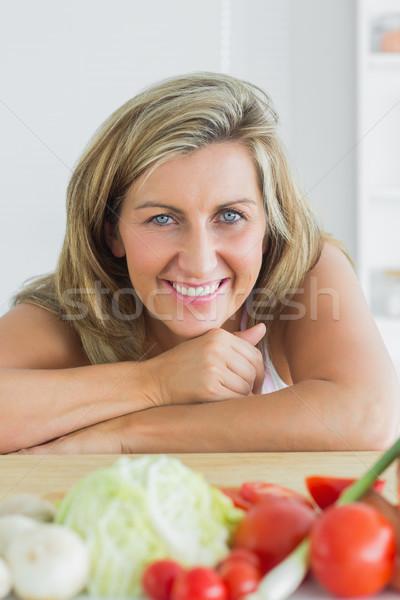 Sorrindo tabela legumes mulher comida Foto stock © wavebreak_media