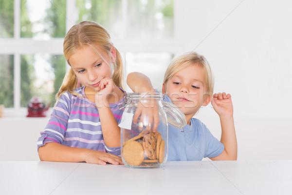 Hermana hermano comer galletas cocina nino Foto stock © wavebreak_media