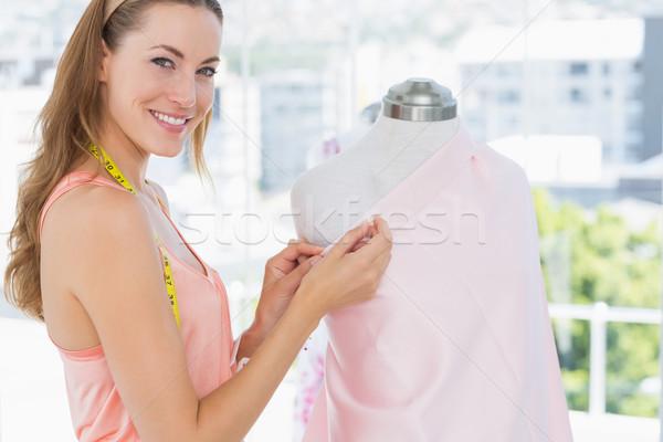 Női divat designer dolgozik rózsaszín szövet Stock fotó © wavebreak_media