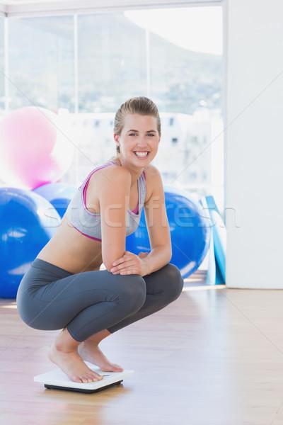 Geschikt jonge vrouw hurken schaal oefening kamer Stockfoto © wavebreak_media