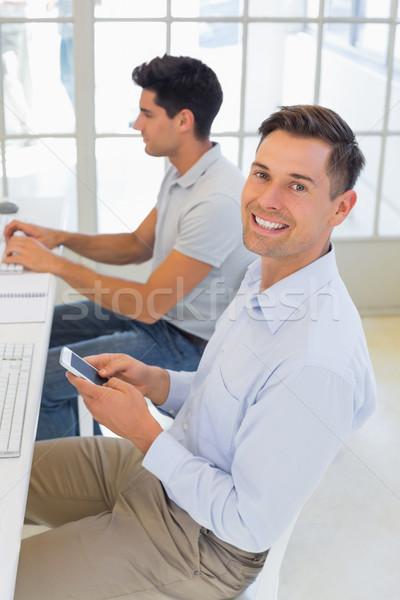 Lezser üzletember küldés szöveg asztal iroda Stock fotó © wavebreak_media
