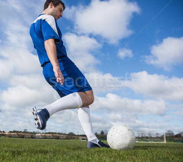 Voetballer Blauw bal toonhoogte gras Stockfoto © wavebreak_media