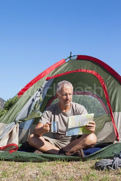 Heureux regarder carte séance tente Photo stock © wavebreak_media