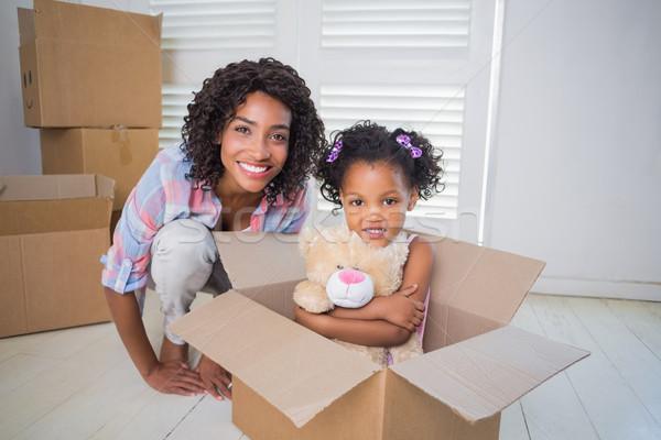 Aranyos lánygyermek ül mozog doboz anya Stock fotó © wavebreak_media