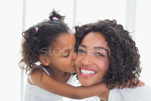 Mooie moeder dochter zoenen wang home Stockfoto © wavebreak_media