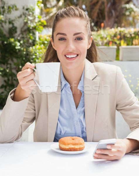 Piękna kobieta interesu kawy bułeczka na zewnątrz kawiarnia Zdjęcia stock © wavebreak_media