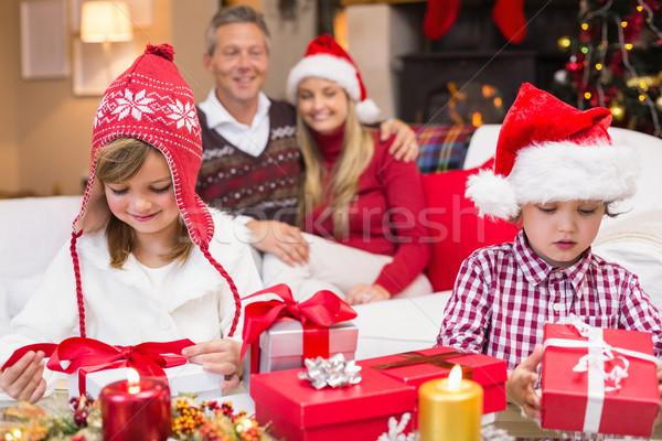 Pequeño hermanos apertura regalo padres Foto stock © wavebreak_media