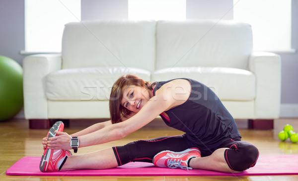 Fitt nő nyújtás testmozgás otthon nappali Stock fotó © wavebreak_media