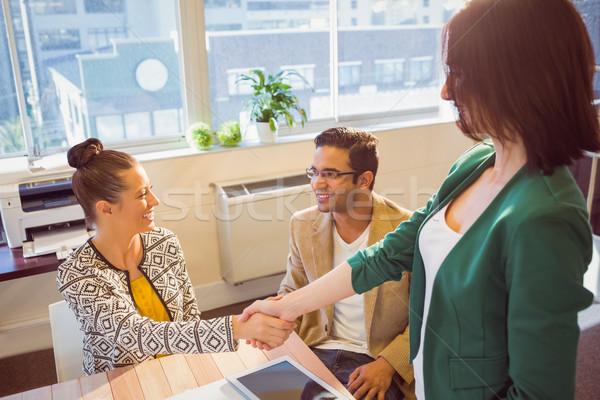 Foto stock: Casual · gente · de · negocios · apretón · de · manos · escritorio · sonriendo · oficina