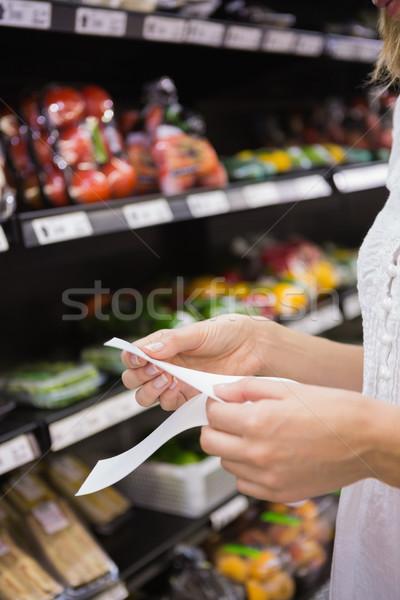 Nő néz élelmiszer lista áruház ital Stock fotó © wavebreak_media