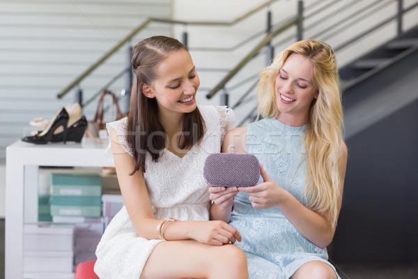 счастливым женщины глядя бумажник торговых Сток-фото © wavebreak_media