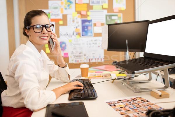 Retrato empresária telefone móvel datilografia secretária Foto stock © wavebreak_media