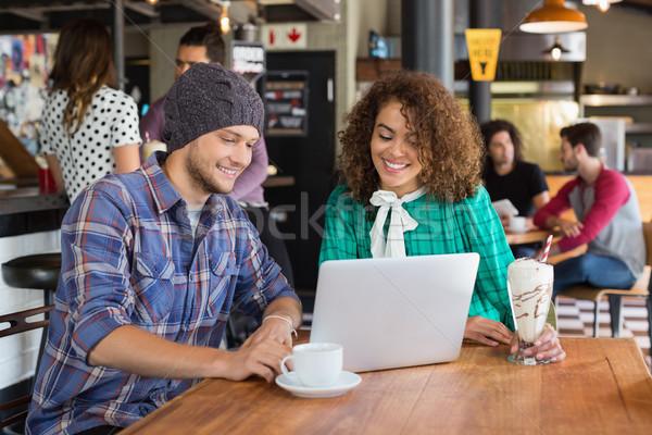 Mosolyog barátok laptopot használ étterem ül asztal Stock fotó © wavebreak_media