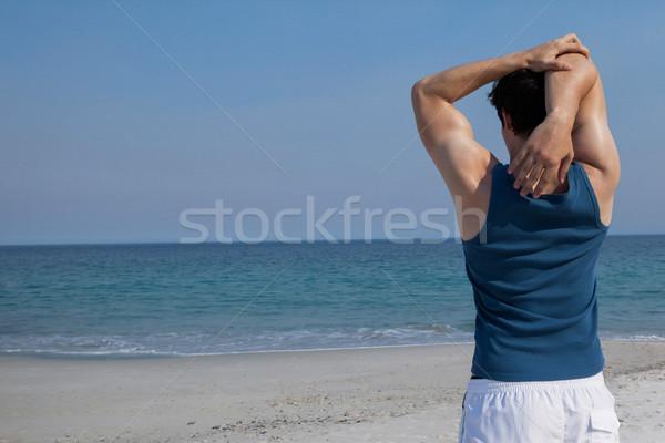 Man warm omhoog strand achteraanzicht hemel Stockfoto © wavebreak_media
