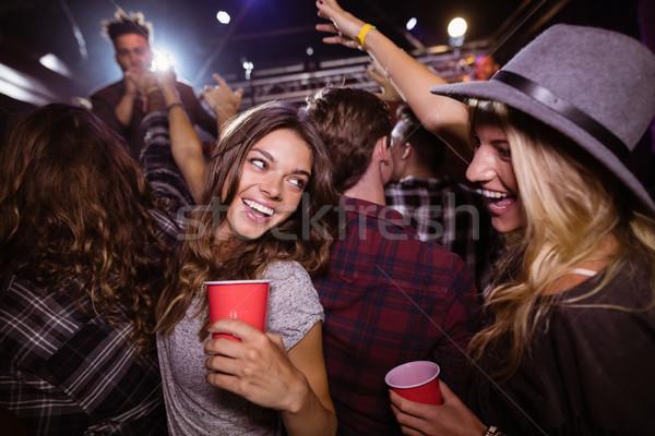 Női barátok élvezi zenei fesztivál éjszakai klub zene Stock fotó © wavebreak_media