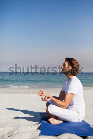 Widok z tyłu młoda kobieta jogi plaży Błękitne niebo Zdjęcia stock © wavebreak_media