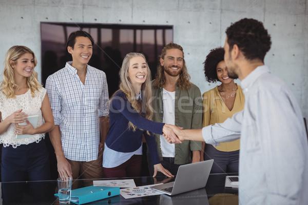 Glimlachend jonge zakenlieden handen schudden creatieve kantoor Stockfoto © wavebreak_media