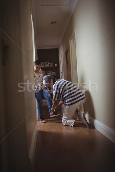 Babcia pomoc wnuczka nosić buty domu Zdjęcia stock © wavebreak_media