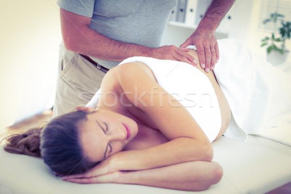 Massagista massagem mulher adormecido cama estância termal Foto stock © wavebreak_media