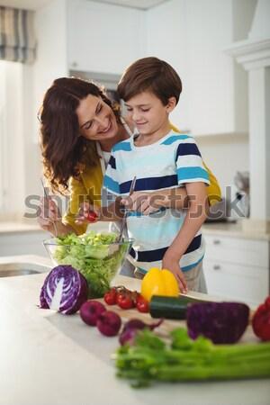 Foto d'archivio: Sorridere · madre · lavaggio · insalata · figlia · home
