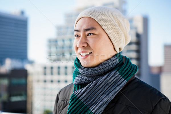 Homme vêtements chauds bâtiments ciel vert Photo stock © wavebreak_media
