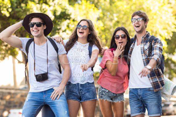 Csípő barátok utazás kint férfi mosolyog Stock fotó © wavebreak_media