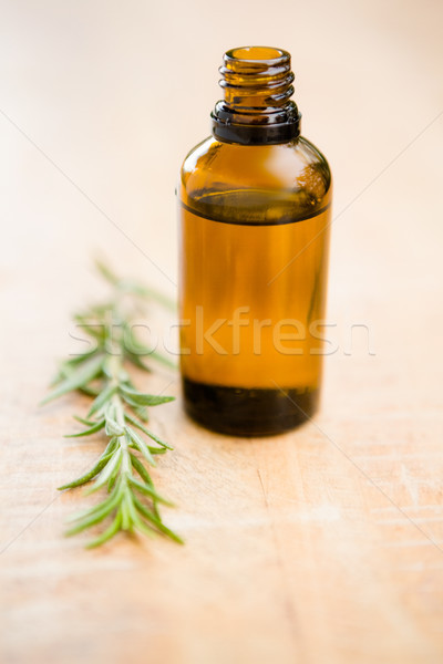 Foto d'archivio: Primo · piano · aromaterapia · olio · bottiglia · rosmarino · tavola