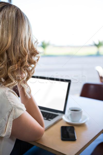 背面図 女性 ラップトップを使用して コーヒーショップ 電話 レストラン ストックフォト © wavebreak_media