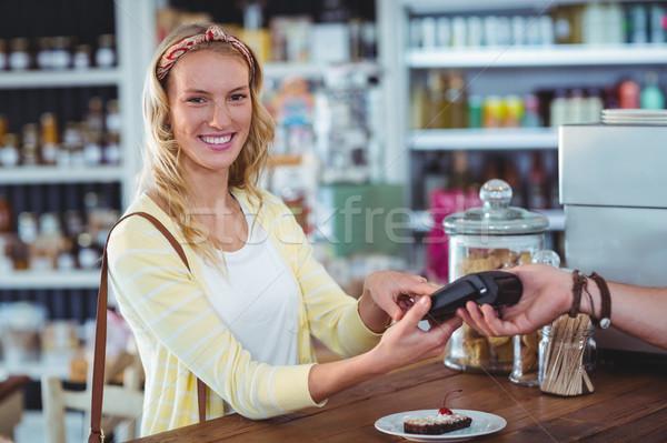Sorrindo pin número máquina contrariar mulher Foto stock © wavebreak_media