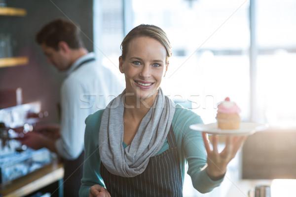 Retrato camarera placa sonriendo Foto stock © wavebreak_media