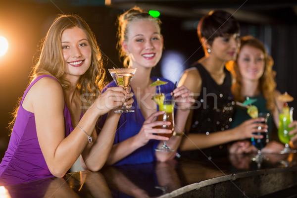 Barátok üveg koktél bár portré mosolyog Stock fotó © wavebreak_media