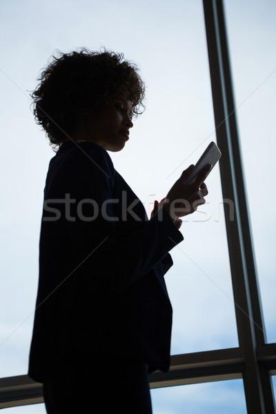 Empresária telefone móvel conferência centro mulher janela Foto stock © wavebreak_media