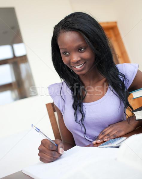 Piękna młoda kobieta praca domowa domu kobieta dziewczyna Zdjęcia stock © wavebreak_media