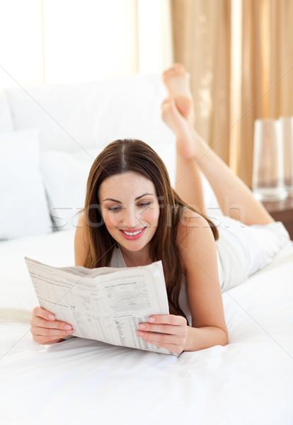 Elegante vrouw lezing krant bed home Stockfoto © wavebreak_media