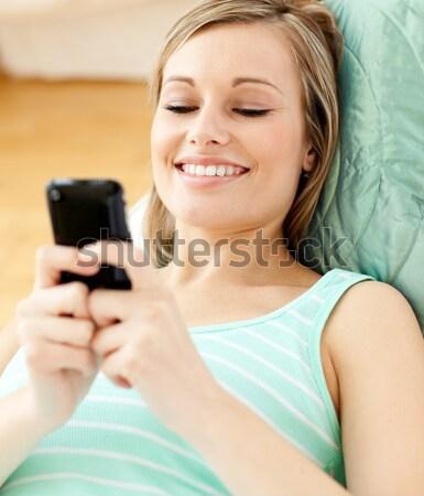 Dość blond kobieta tekst piętrze Zdjęcia stock © wavebreak_media