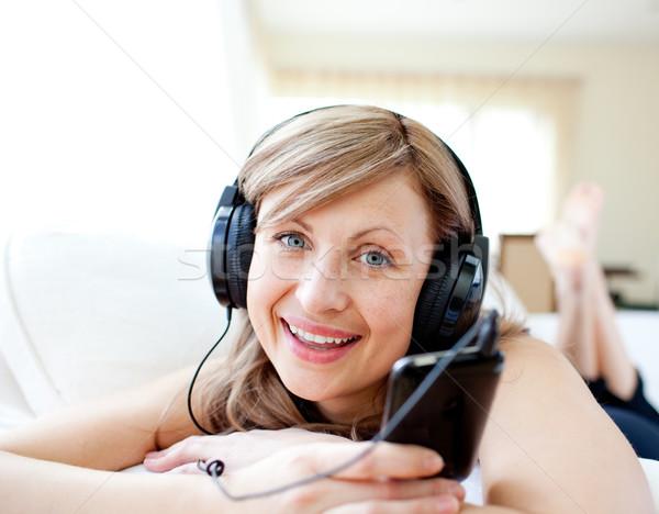 портрет радостный женщину прослушивании музыку наушники Сток-фото © wavebreak_media
