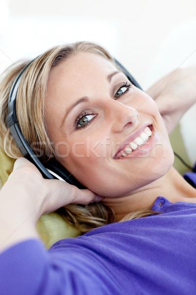 Charmant vrouw sofa luisteren muziek Stockfoto © wavebreak_media