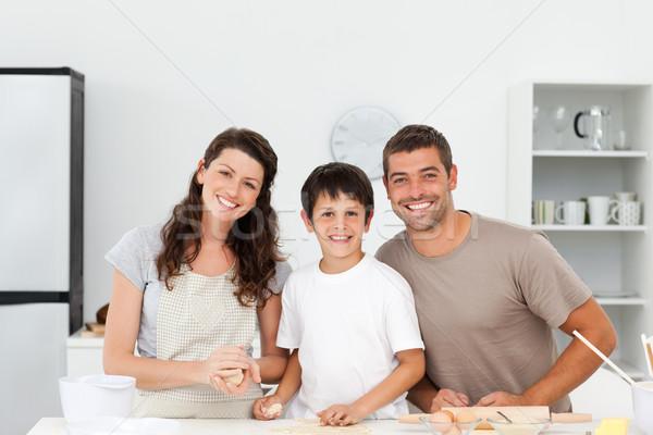 Portret gelukkig gezin biscuits samen keuken vrouw Stockfoto © wavebreak_media