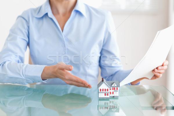 Nő tart papírok mutat modell ház Stock fotó © wavebreak_media