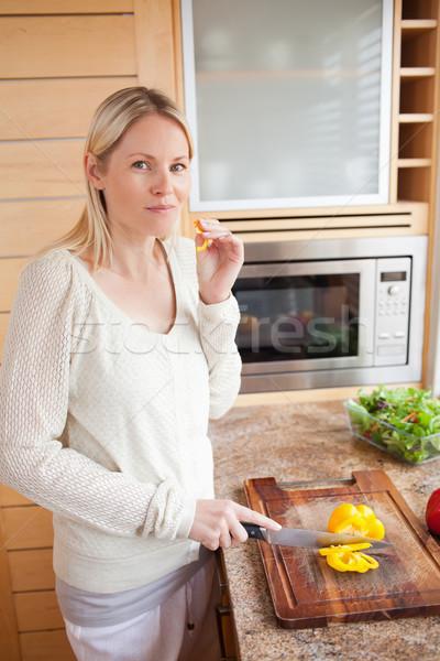 Yandan görünüş genç kadın biber mutfak akşam yemeği Stok fotoğraf © wavebreak_media