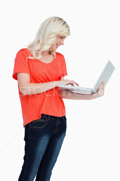 Femme touchpad portable blanche sourire internet Photo stock © wavebreak_media