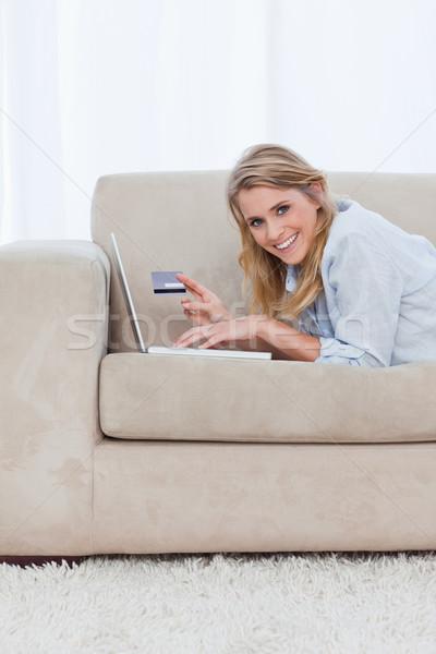Nő pihen tart bankkártya laptop néz Stock fotó © wavebreak_media