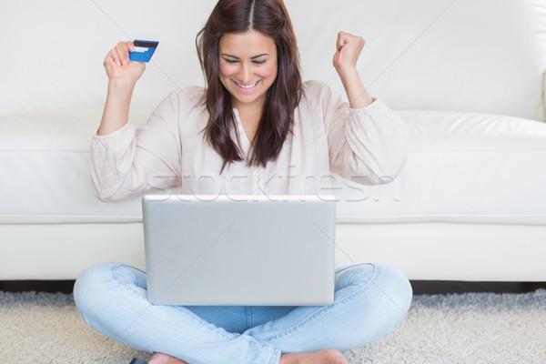Gelukkig vrouw kopen iets internet woonkamer Stockfoto © wavebreak_media