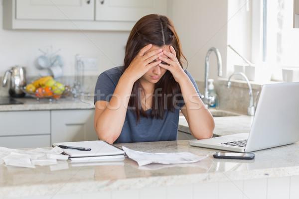 Mujer mirando hacia abajo cocina casa Foto stock © wavebreak_media