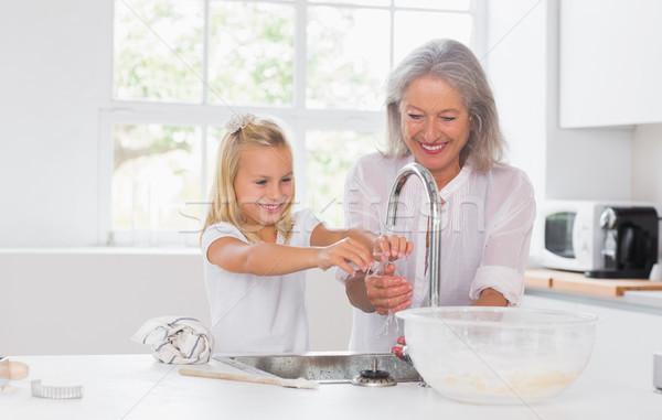 Nonna pronipote lavaggio mani cucina casa Foto d'archivio © wavebreak_media
