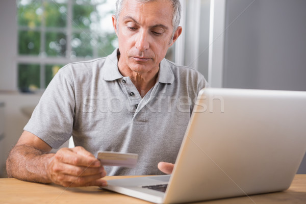 Homem maduro usando laptop cartão de crédito computador Foto stock © wavebreak_media